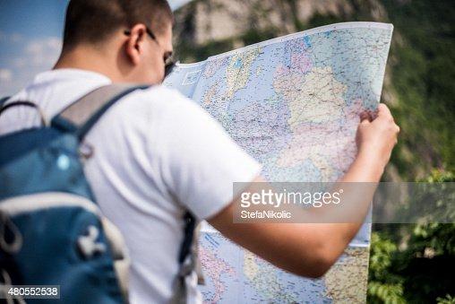 Turista con mapa en la montaña : Foto de stock