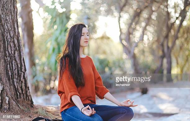 Tourist Frau tun Yoga im Park in Athen, Griechenland