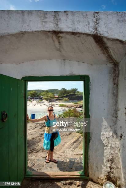 tourist Frau stehend im Türrahmen