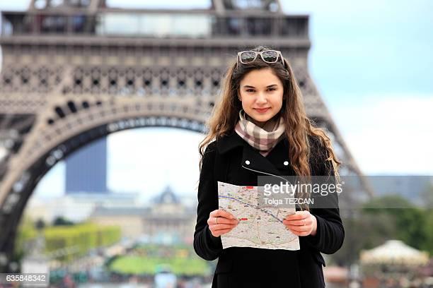 Touriste femme tenant un plan de Paris