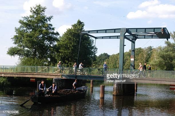 Touristen 'ZugBrücke' 'Neu Helgoland' Worpswede Teufelsmoor Niedersachsen Deutschland Europa Künstlerkolonie Künstlerdorf 'Hamme' Boot Fluss Gewässer...