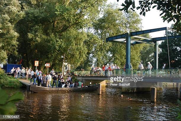 Touristen 'ZugBrücke' 'Neu Helgoland' Worpswede Teufelsmoor Niedersachsen Deutschland Europa Künstlerkolonie Künstlerdorf 'Hamme' BootsTour Fluss...