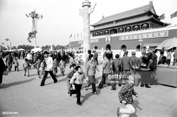 Touristes chinois devant la porte de La Paix Céleste entrée sud de la Cité Impériale à Pékin en 1978 en Chine