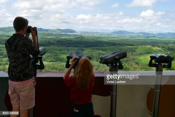 Touristes observant la DMZ zone tampon située à la frontière de la Corée du Sud et de la Corée du Nord séparant ces deux pays de 4 km le 11 août 2017