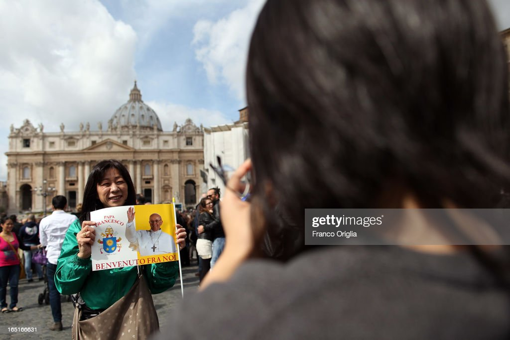 Tourists and faithful gather in St. Peter's Square wait for the Regina Coeli Prayer held by <a gi-track='captionPersonalityLinkClicked' href=/galleries/search?phrase=Pope+Francis&family=editorial&specificpeople=2499404 ng-click='$event.stopPropagation()'>Pope Francis</a> on April 1, 2013 in Vatican City, Vatican.