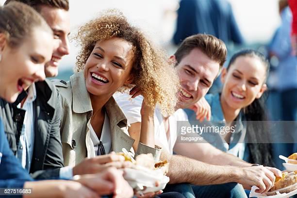 Touristen und Freunde haben einen snack in Ortakoy