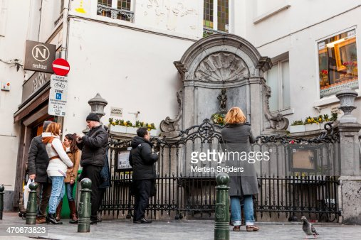 Tourists around Manneke Pis statue