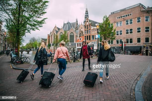 Toeristen die aankomen in Amsterdam