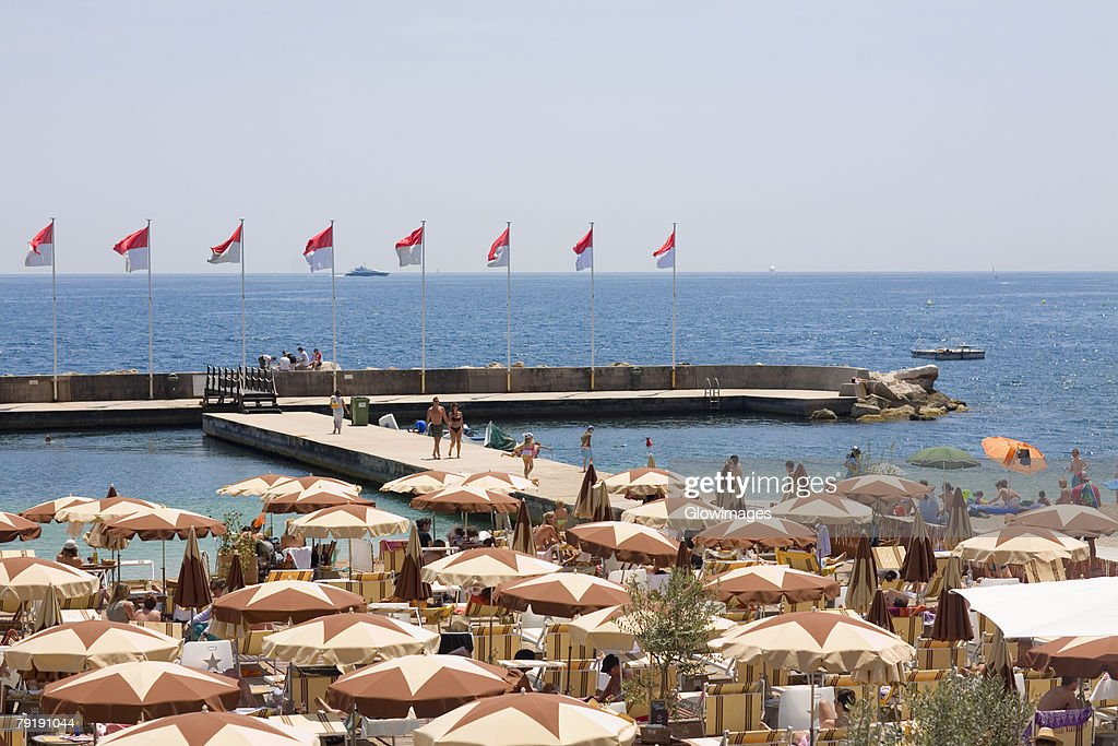 Tourists at a cafe on the beach, Monte Carlo, Monaco : Foto de stock
