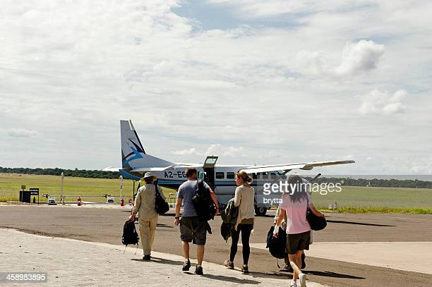 Touristes des cartes d'embarquement de l'avion