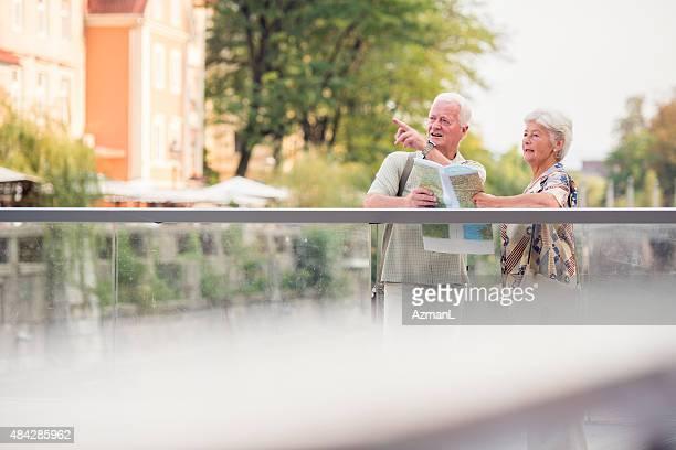Touristen, die Karte