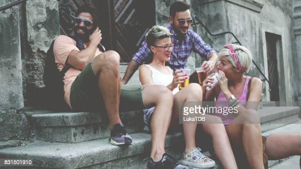 Touristes profitant à la bière locale