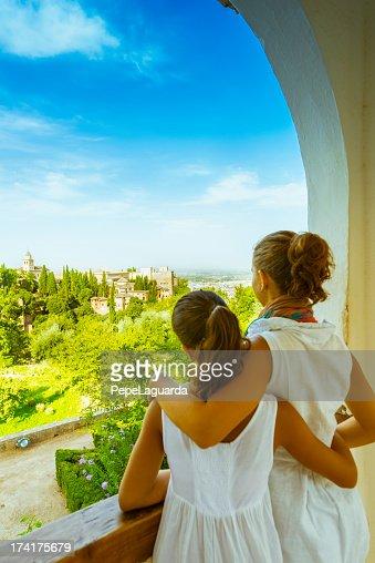 Turisti godendo di viste dall'Alhambra, Spagna