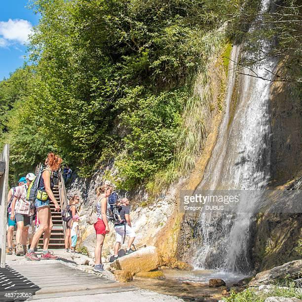 Touristes les familles à la recherche de chutes Valserine au cours de la randonnée en été