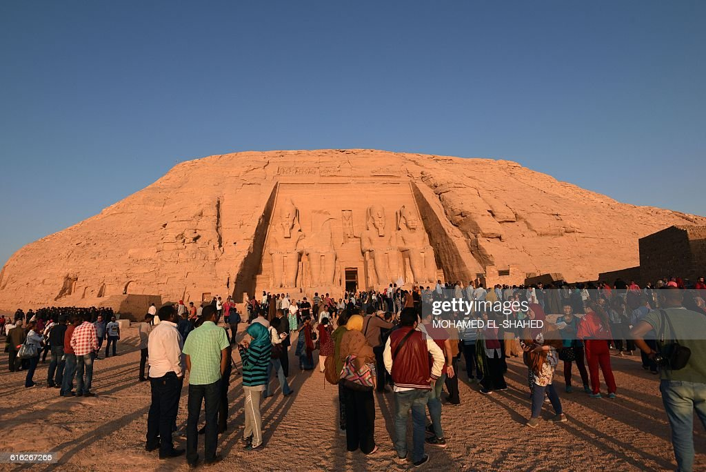 Tourists gather outside the temple of Abu Simbel, south of Aswan in upper Egypt, to witness the sun illuminate the inner sanctuary on October 22, 2016. / AFP / MOHAMED