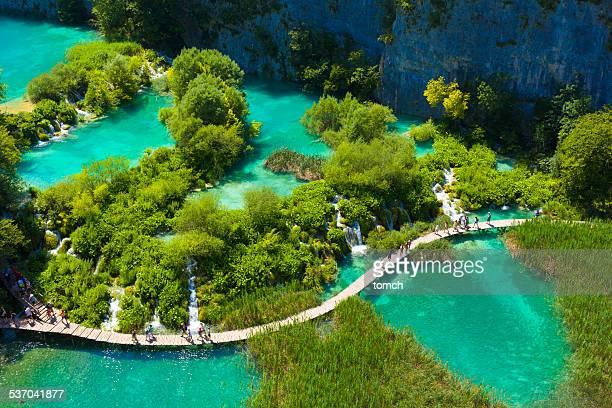 Touristen gehen auf spezielle Titel um den See