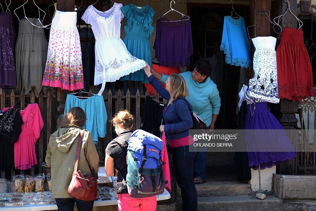 Tourists go shopping in Valle de Angeles, a tourist municipality 22 km northwest of Tegucigalpa, on March 3, 2013. AFP PHOTO/Orlando SIERRA