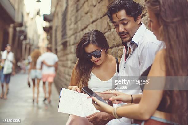 Turistas en Barcelona con un mapa