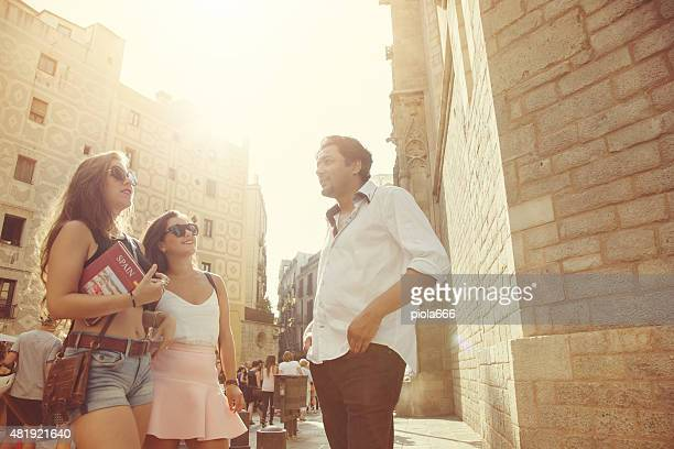 Turistas en Barcelona con libro de guía