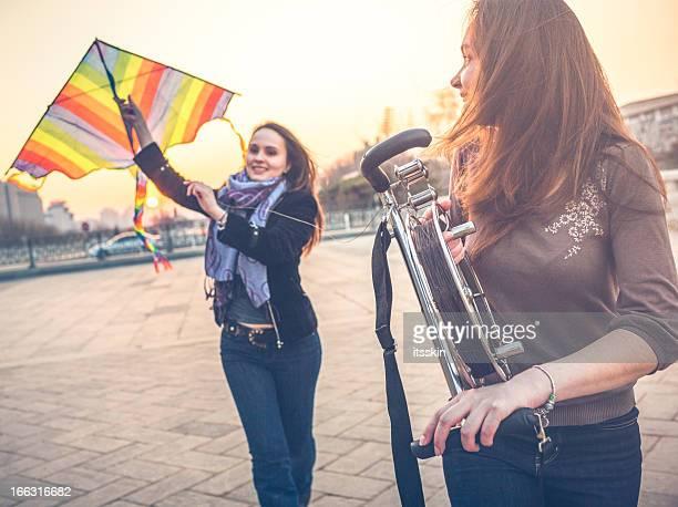 Les touristes à Pékin lancement de cerf-volant