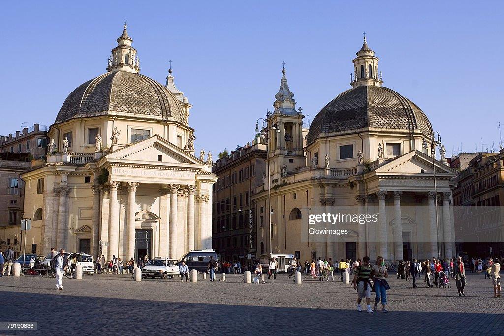Tourists in front churches, Santa Maria Dei Miracoli, Santa Maria Di Montesanto, Piazza Del Popolo, Rome, Italy : Foto de stock