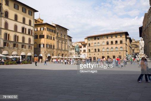 Tourists in front of a palace, Cosme I de Medicis, Pallazo Vecchio, Florence, Italy : Foto de stock