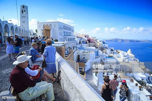 観光客のサントリーニ島、ギリシャ