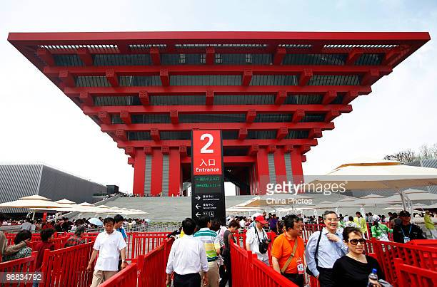 Tourists line up to visit the China Pavilion during the 2010 World Expo on May 4 2010 in Shanghai China The World Expo will be held from May 1...