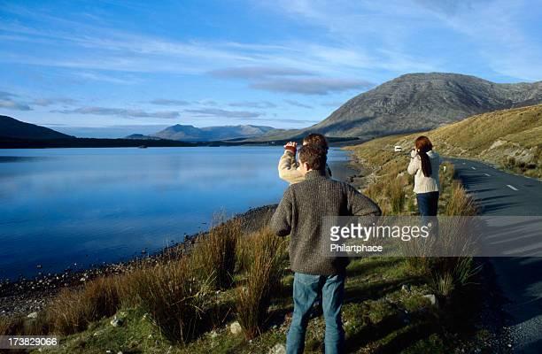 Touristen, die mit Panoramablick