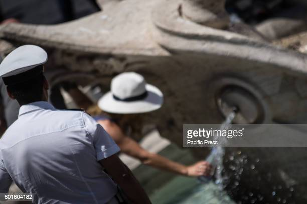 Tourists looking for refreshment in the eternal cities where temperatures touch the 40 degrees In the Capital is the high risk of drought the tiber...
