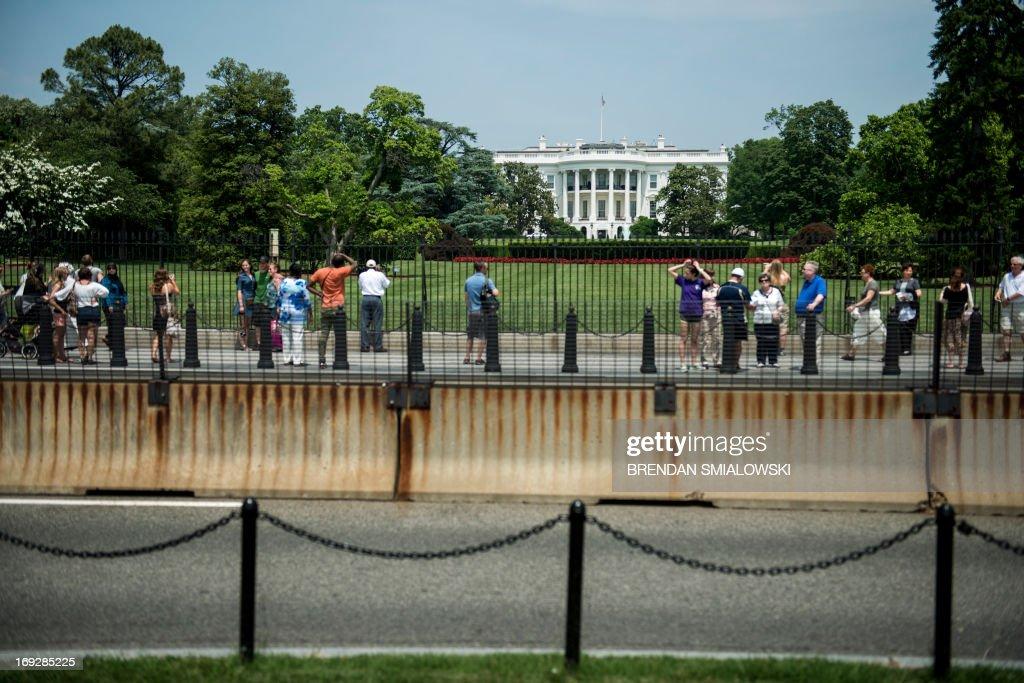 Tourists mingle outside the South Lawn of the White House May 22, 2013 in Washington, DC. AFP PHOTO/Brendan SMIALOWSKI