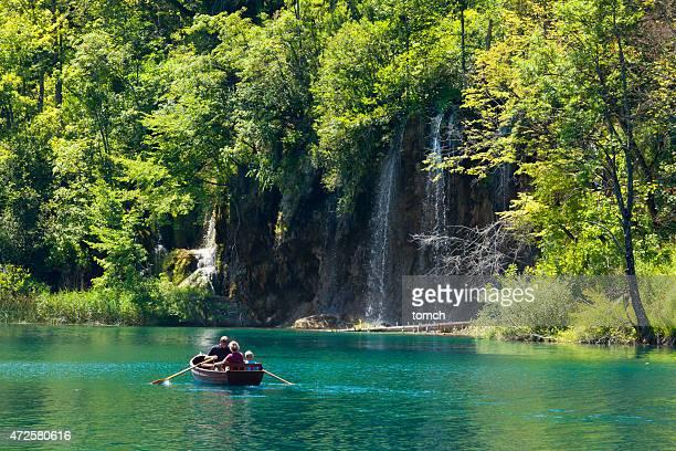 Touristen in eine Bootsfahrt und genießen Sie den Blick auf den Wasserfall