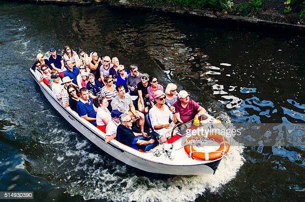旅行者たちに旅行の運河ボートブルージュ