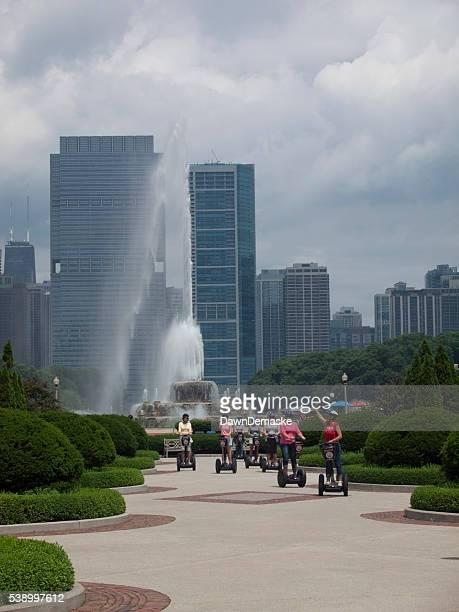 Touristen auf Roller im Grant Park