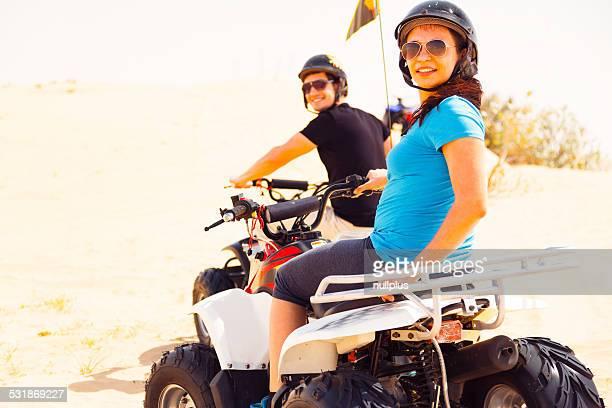 Turisti biciclette equitazione quadruplo