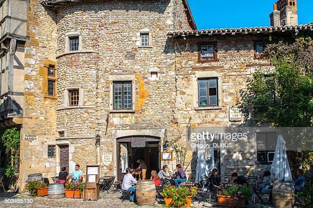 Les touristes samedi sur une terrasse de café française du village médiéval