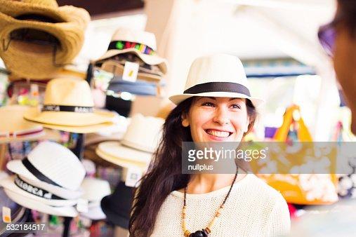 Turisti acquistare un cappello per proteggersi dal sole
