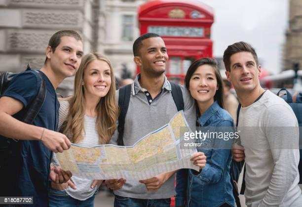 ロンドンの観光スポットと地図を持って観光客