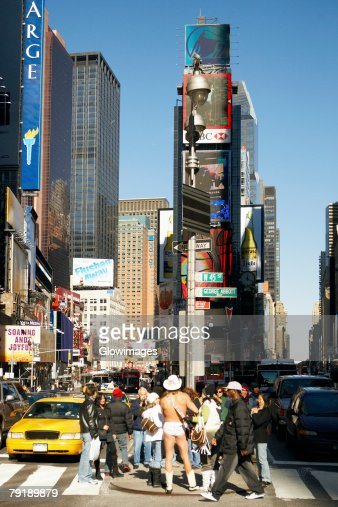 Tourists standing in front of a building in a city, Times Square, Manhattan, New York City, New York State, USA : Foto de stock