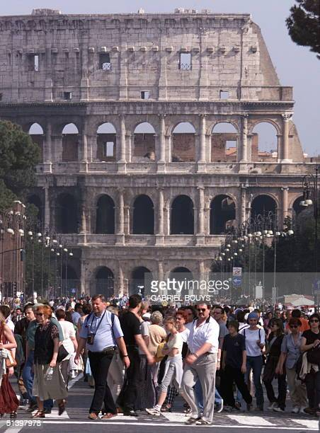 Tourists visit the Coliseum in Rome 23 April 2000 25 million foreign tourists spend their Easter holidays in Italy