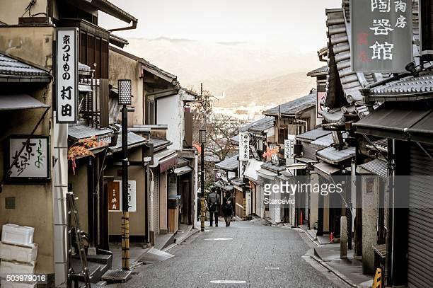 徒歩で観光客は、通りの向こうに清水寺