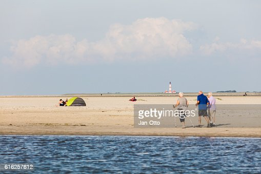 Tourists walking at the beach of St. Peter-Ording, Germany : Foto de stock