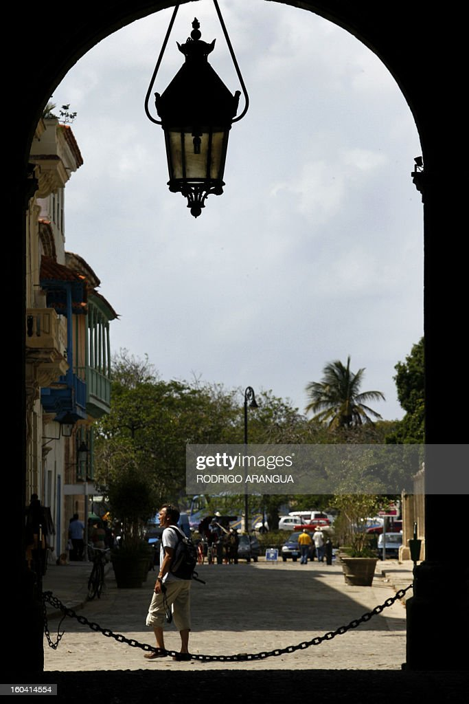 A tourists walks around Old Havana, in the Cuban capital, on May 7th, 2007. More than 20 countries are taking part in the 27th International Tourist Fair that began today in Cuba, and in which Canada - from where the majority of visitors to the island come from, will be the special guest. AFP PHOTO/Rodrigo ARANGUA /