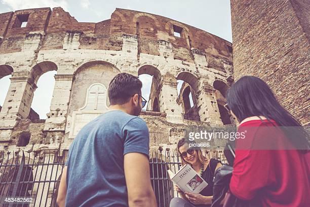 Touristes avec guide en face du Colisée, Rome