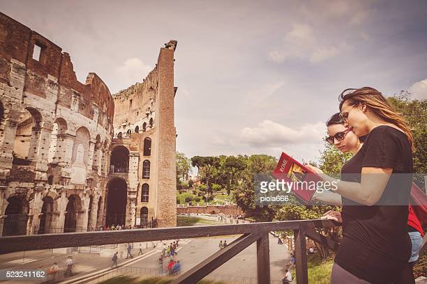 Turisti con una guida davanti al Colosseo, Roma