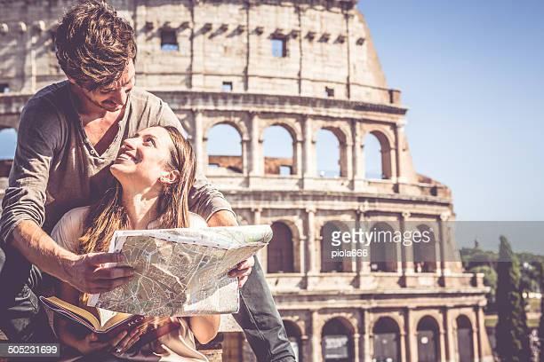 I turisti con guida e mappa davanti al Colosseo