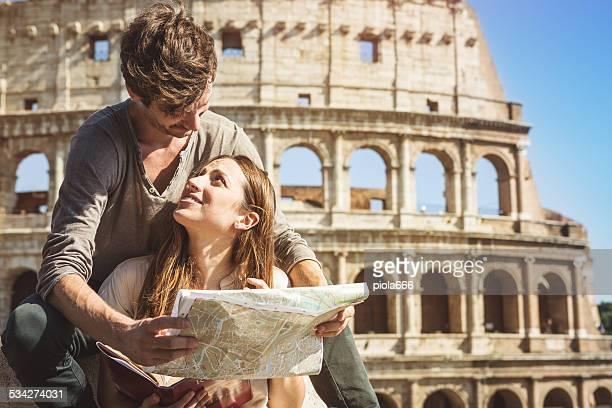 Touristen mit guide und Karte vor dem Coliseum