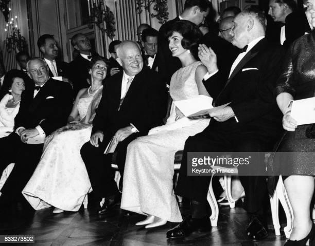 Tout sourire Khrouchtchev et Jackie Kennedy photographiés parmi d'autres invités lors du concert donné au Château de Schönbrunn à Vienne Autriche le...