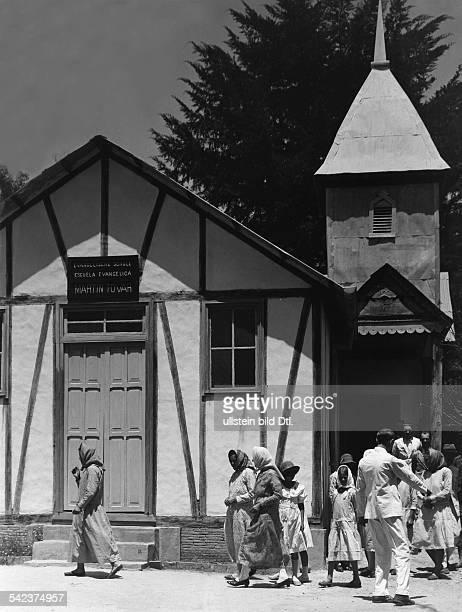 Tovar ein badisches Dorf in VenezuelaDie evangelische Kirche diegleichzeitig auch als Schulgebäude dient1934Fotograf Kurt Severin