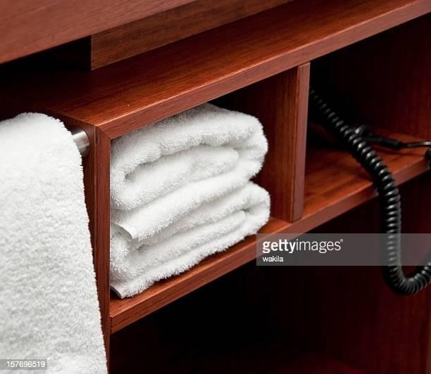 Asciugamani in rack-Weiße Handtücher im regale